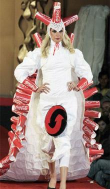 Большинство ее моделей выглядят скорее не как наряды, которые можно было бы носить, а как некие...