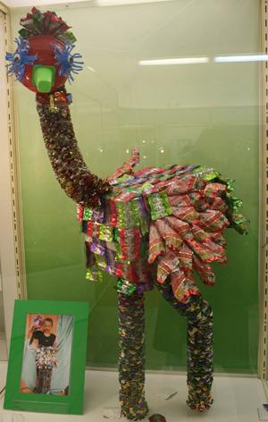 """Одним из наиболее ярких экспонатов стала кукла-марионетка  """"Страус """", изготовленная из фантиков."""