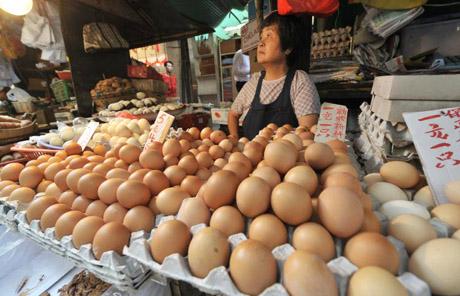как отличить куриное яйцо от искусственного